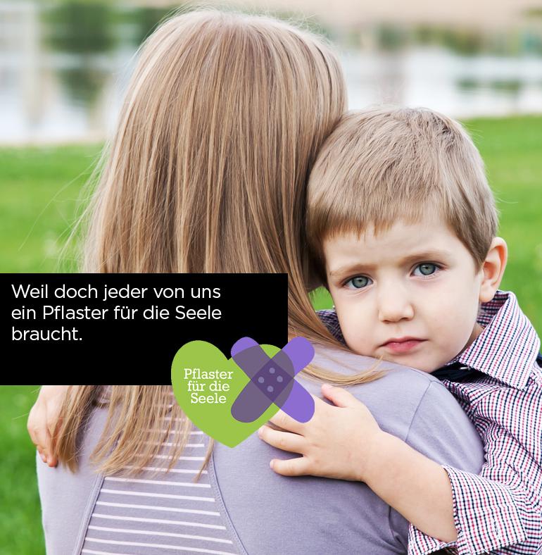 Junge Frau hält ein trauriges Kind am Arm